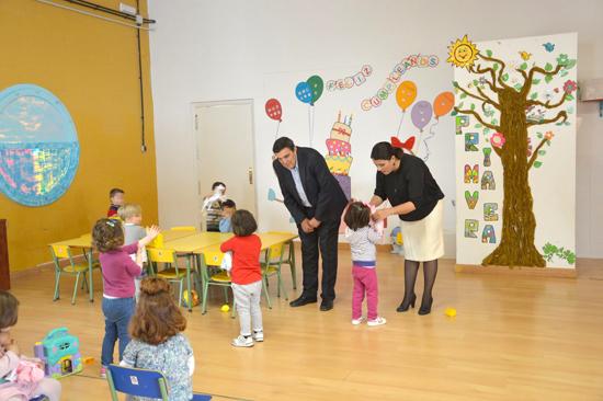 Durante la visita a la escuela infantil, el delegado territorial de Educación, Vicente Zarza, y la alcaldesa de Almonte, Rocío Espinosa, han recorrido las aulas donde se encuentran escolarizados los menores.