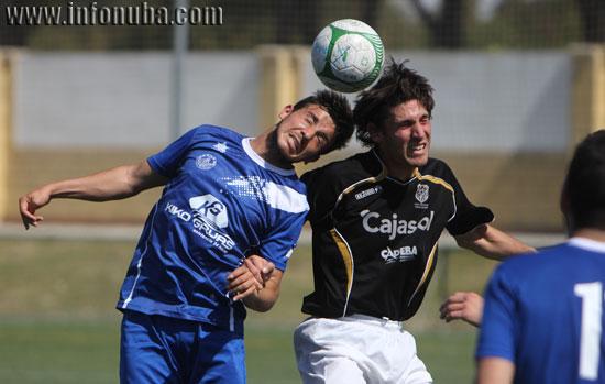 Dos jugadores saltan a por un balón.