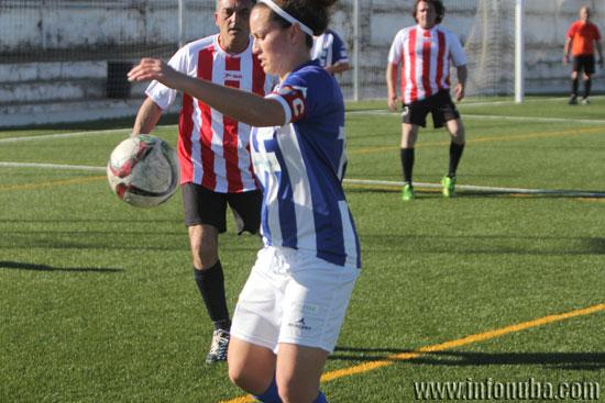 La capitana albiazul, Patri Gavira, controla un balón durante el encuentro.