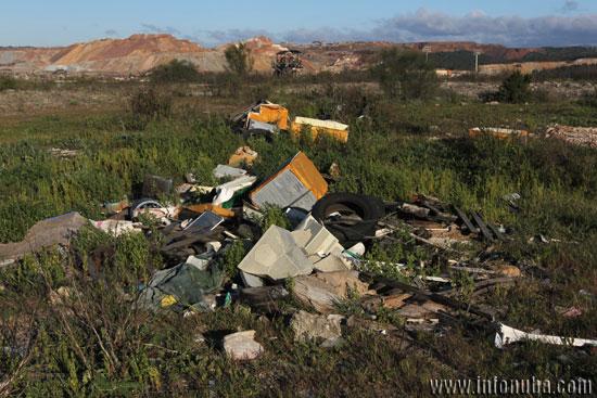 Los residuos se acumulan sin que nadie haga nada.