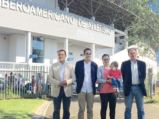 Imagen del acto de rotulación del Estadio Iberoamericano de Atletismo con el nombre del doble campeón del Mundo de Duatlón, Emilio Martín.
