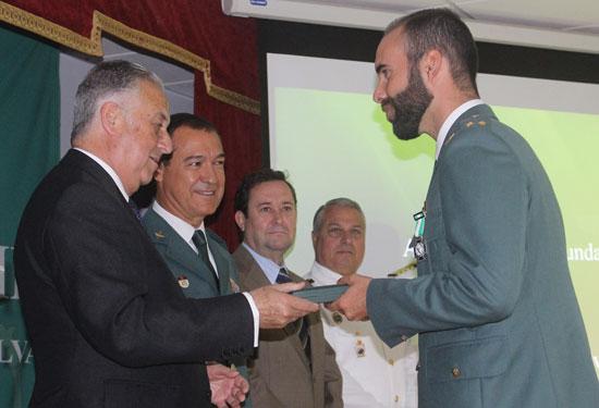 Pérez Viguera junto a Ezequiel Romero entrega un reconocimiento a un agente.