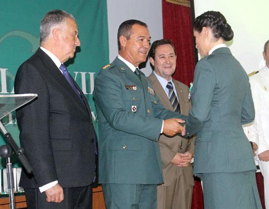 Ezequiel Romero entrega un reconocimiento a una agente.