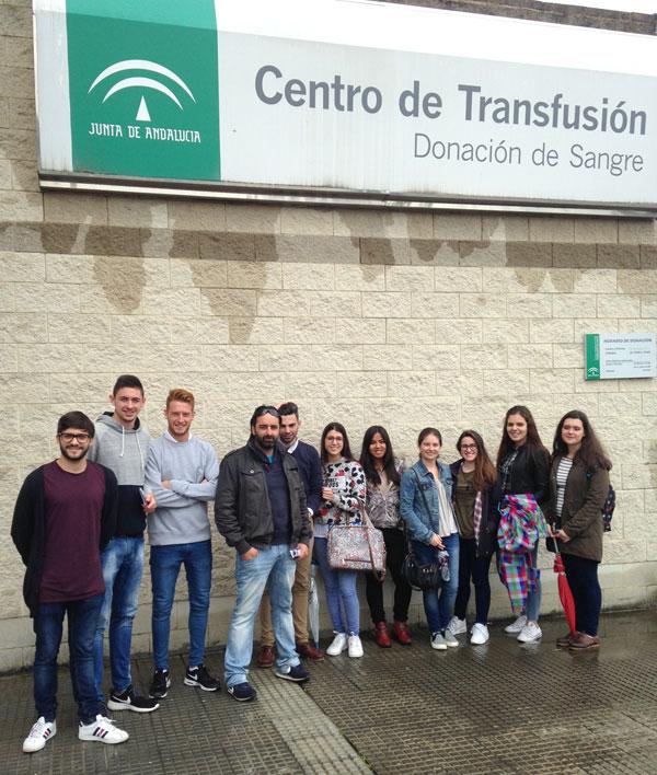 Los alumnos a las puertas del Centro de Transfusión Sanguínea, durante su visita.