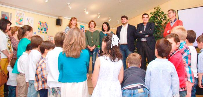 Imagen de ia inauguración de la exposición en el Teatro Ruiz Tatay.