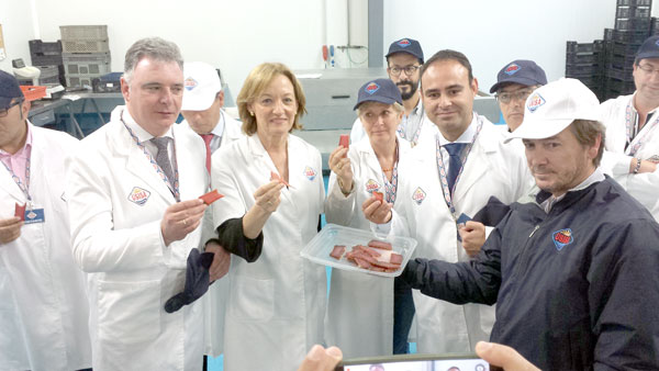 Imagen de la visita de la Consejera a la empresa Usisa.