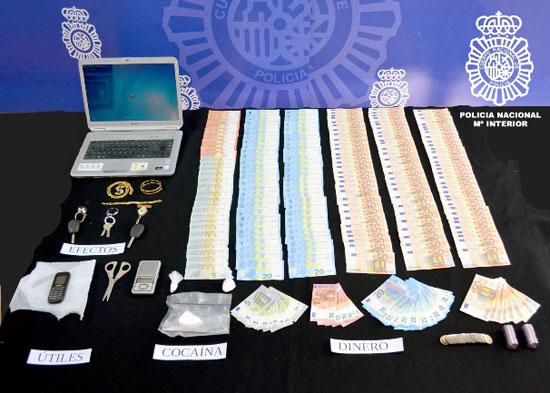 Imagen del dinero, objetos y droga intervenida.