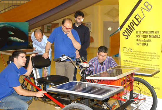 Presentación de la  primera carrera de vehículos solares que tendrá lugar el próximo jueves 26 de mayo.