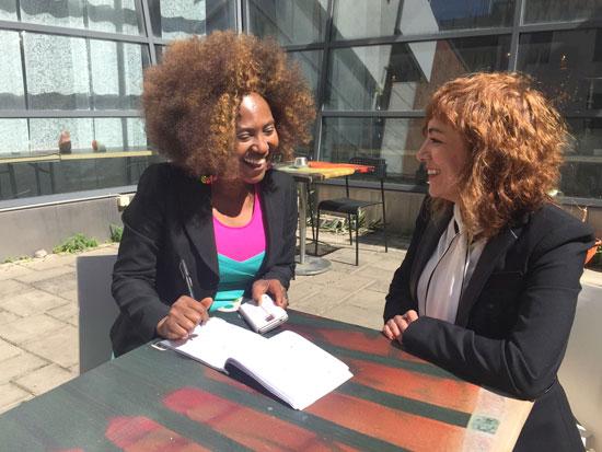 Elena Tobar y Josephine Atanga, durante un encuentro.