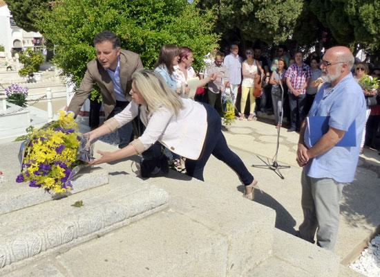 Acto de homenaje con flores amarillas en la tumba del poeta.