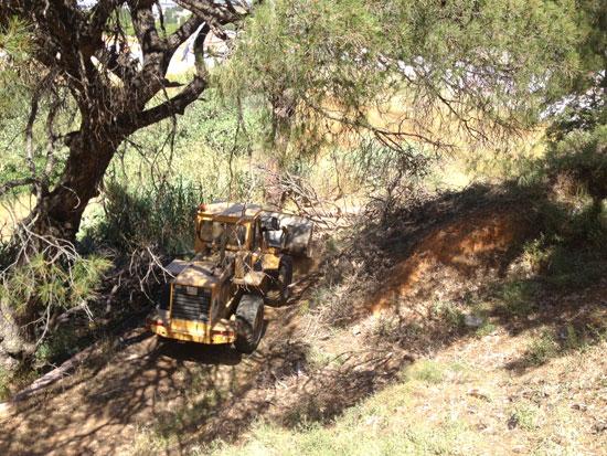 Imagen de la nueva maquinaria realizando labores de limpieza en las Laderas del Conquero
