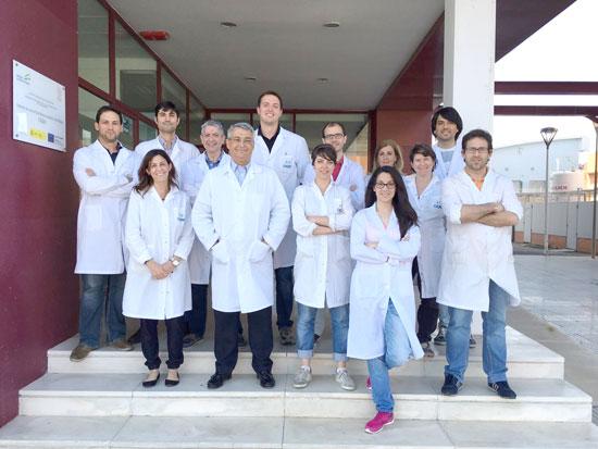 Pedro Pérez en  el centro de la imagen, junto a los miembros de su grupo de investigación.