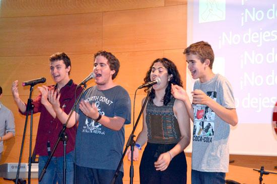 Los alumnos durante la actuación.