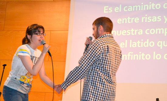Dos de los alumnos interpretan una canción.