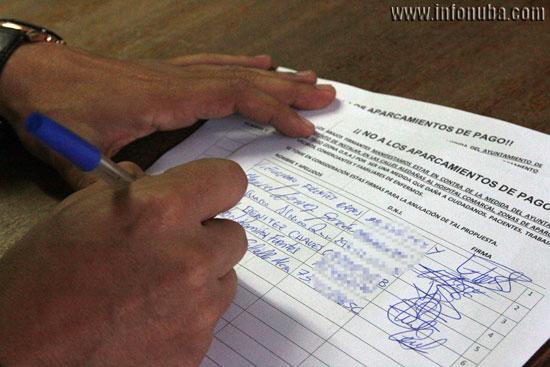 Imagen de la hoja de firmas contra la implantación de la zona ORA.