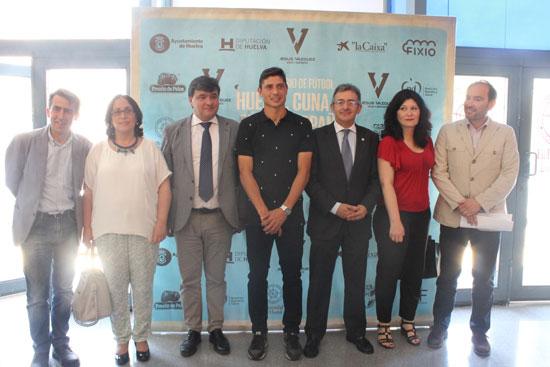 Diferentes representantes politicos y el Rector de la Universidad de Huelva, Francisco Ruíz acompañaron a Jesús Vázquez en la inauguración de esta iniciativa.