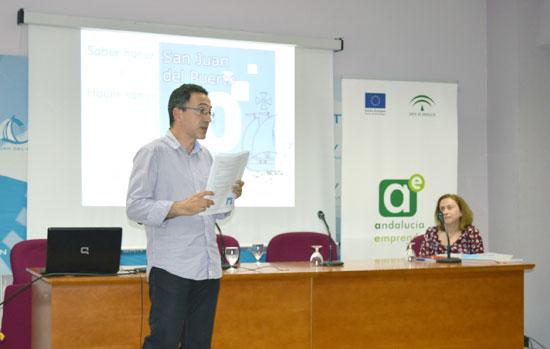 """Imagen de una de las charlas sobre Marketing """"online"""" en San Juan del Puerto."""