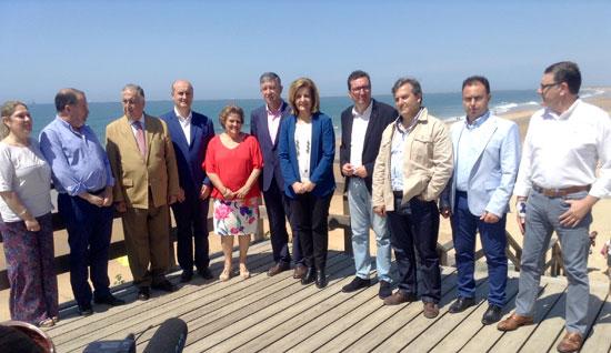 Imagen de la visita a Mazagón de la ministra, Fátima Báñez, junto a alcaldes de la costa onubense.