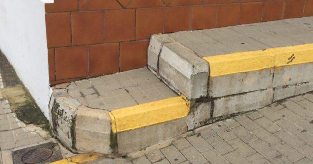 Image de una de las barreras arquitectónicas localizada en la calle San-Sebastián de Villablanca.