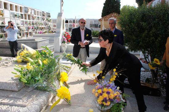 Ofrenda de flores amarillas en la tumba de Juan Ramón Jiménez y Zenobia Camprubí.