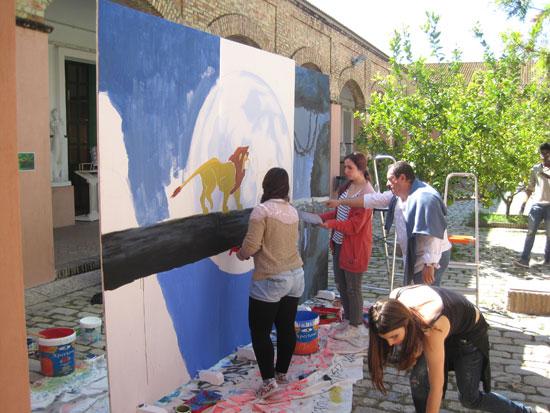 Alumnas de la Escuela de Arte León Ortega realizan un fondo para la representación de la obra.