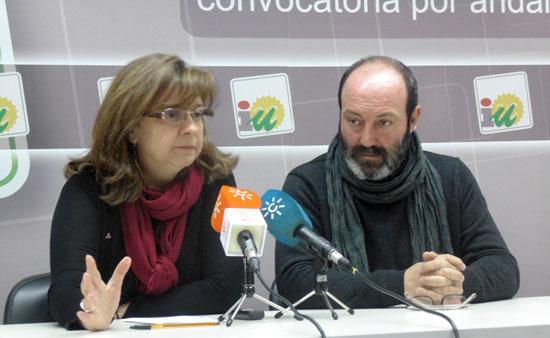 Paloma López y Pedro Jiménez en la rueda de prensa celebrada el pasado martes en la sede de IU en Huelva.