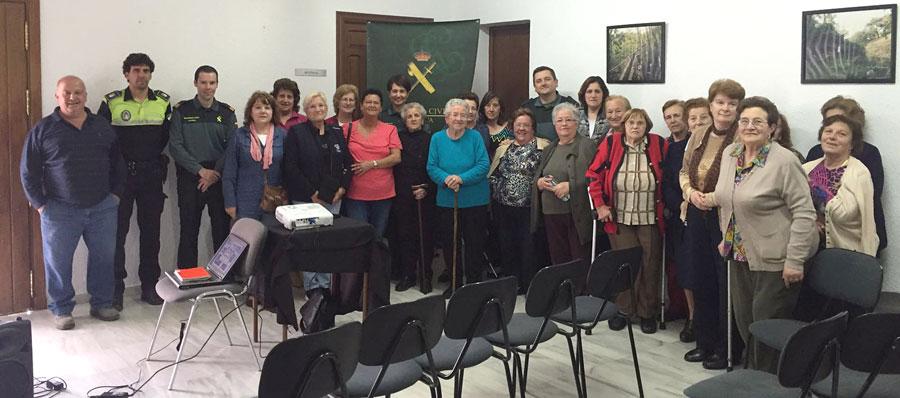 """Foto de familias de los asistentes a una de las charlas informativas del """"Plan Mayor"""" en el Ayuntamiento de Arroyomolinos de León."""