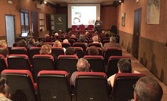 """Imagen de unas de las charlas del """"Plan Mayor"""" en el Ayuntamiento de Los Marines."""
