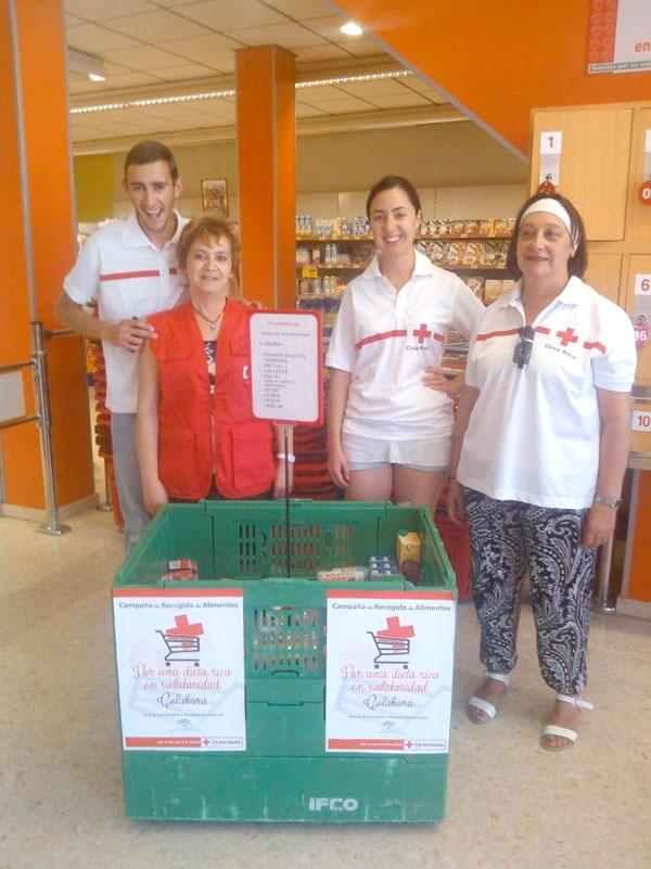 """Algunos voluntarios de la Campaña """"Por una dieta rica en solidaridad"""", de Cruz Roja."""