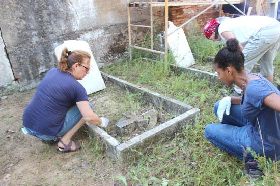 Dos voluntarias realizando trabajos en el Cementerio Inglés de Huelva.