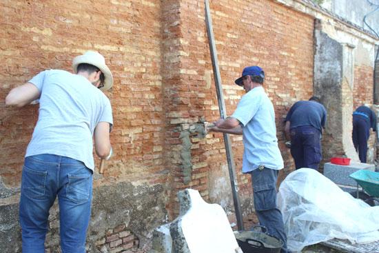 Varios voluntarios realizando trabajos en el cementerio.