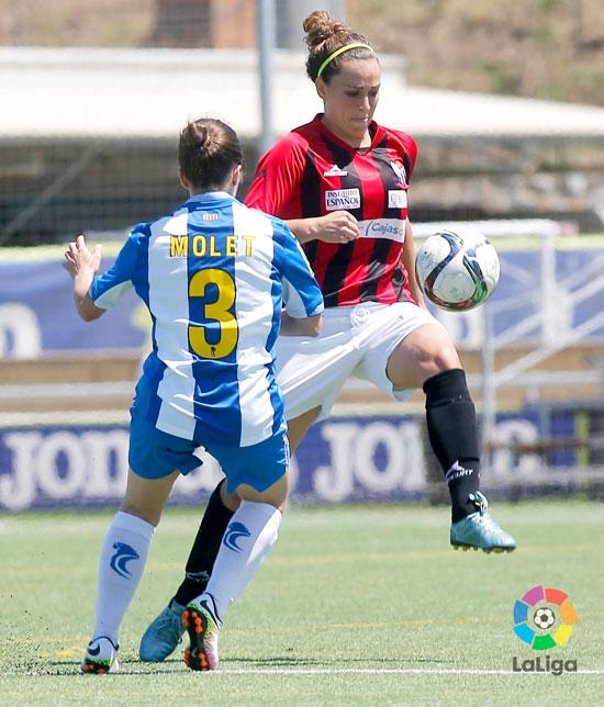 Patricia Gavira controla un balón en un lance del juego.
