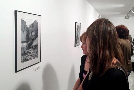 Dos personas observan una de las obras de la exposición.