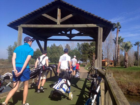 Golfistas accediendo al Campo de Isla Canela.