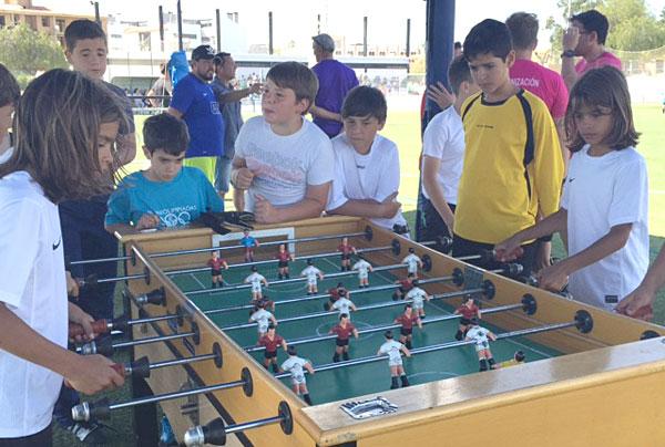 Escolares juegan al billar.