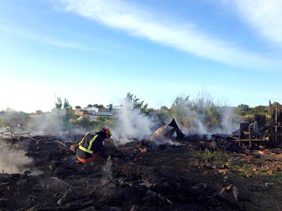 Imagen de un bombero en labores de extinción en el incendio ocurrido en Moguer.