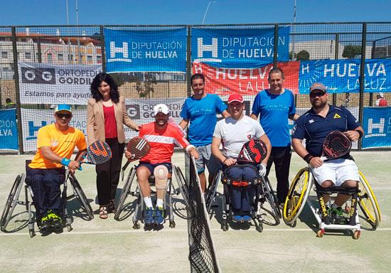 Carmen Solana junto a algunos participantes al Torneo de Pádel Adaptado.