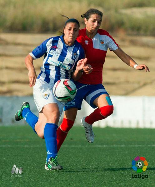 Martín Prieto lucha un balón con una jugadora del Collerense.