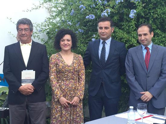 La vicepresidenta de la Diputación de Huelva, María Eugenia Limón, hizo entrega al ganador del certamen, Santos Domínguez,  del cheque por valor de 6.000 euros con los que está dotado el premio, además del ejemplar de su libro, El viento sobre el agua.