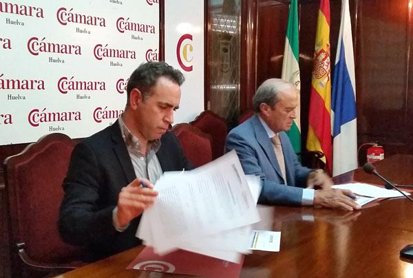 Francisco Macías y Antonio Ponce firman el convenio de colaboración.