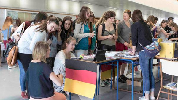 Varias alumnas se interesan por los cursos de idiomas.
