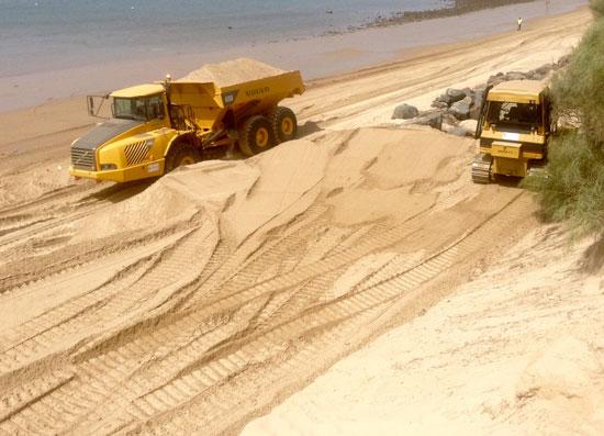 Imágenes de máquinas trabajando en la playa de El Portil.