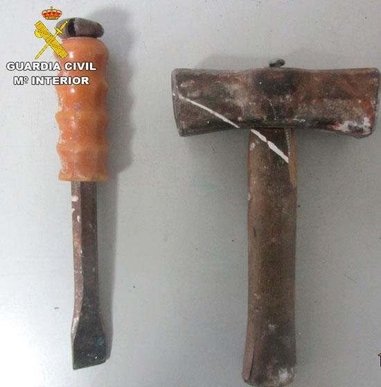 Imagen del martillo y cincel incautados.