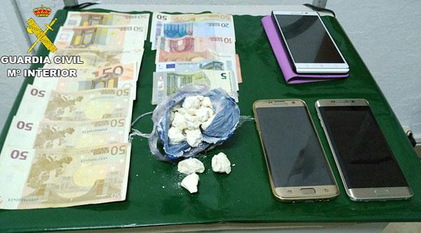 Imagen del dinero, droga y terminales móviles incautados.
