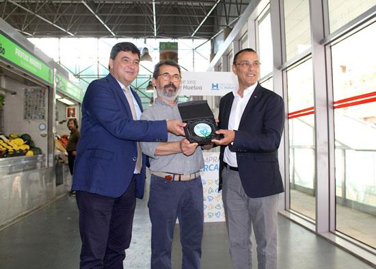 Gabriel Cruz, José Quintero e Ignacio Caraballo durante la presentación de la acción promocional en el Mercado de El Carmen.