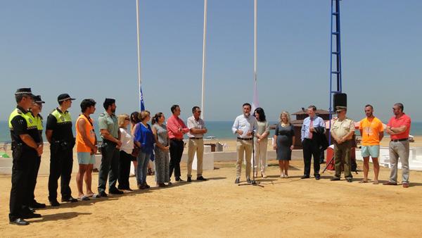Imagen del acto de izado de banderas en la playa del Parador.