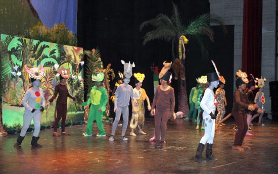 Los alumnos y alumnas representando la obra en la Casa Colón.