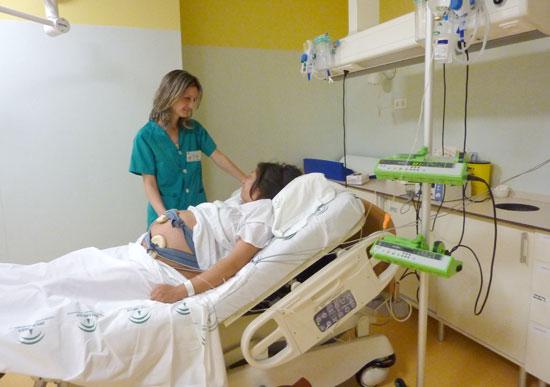 Una sanitaria atiende a una paciente.