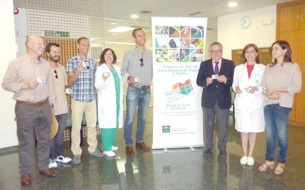 Rafael López junto a los coordinadores de trasplantes de los hospitales onubenses y representantes de ASVEA.