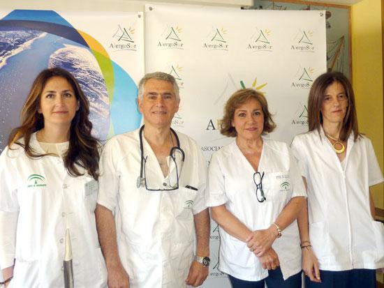 En el centro de la imagen, la alergóloga del Complejo Hospitalario Universitario de Huelva y coordinadora de este encuentro científico, Mª Cesárea Sánchez, acompañada de las especialistas de las Unidad de Alergia y el neumólogo Antonio Pereira, todos ellos del Complejo Hospitalario Universitario de Huelva.
